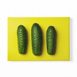 Краставици на жълт фон